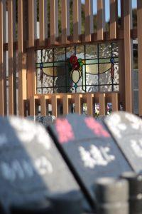 ステンドグラスごしのモンボダン